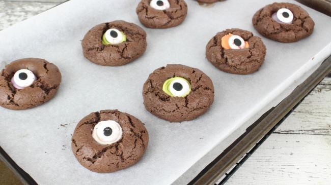 Spooky Halloween Cookies - Eyeball Thumbprint Cookies